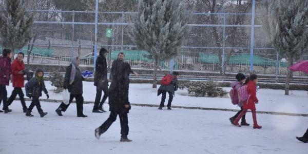 Arguvan'a iki yıl aradan sonra kar yağdı