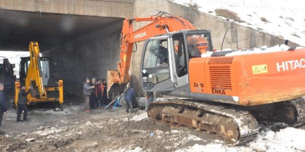 Bitlis'te kar ve yağmur suları nedeniyle meydana gelen sel suları ana ishale hattı borusunu götürdü