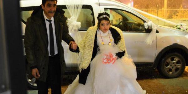 Büşra'nın hayaliydi gelinlik  giymek, damatsız düğün yapıldı