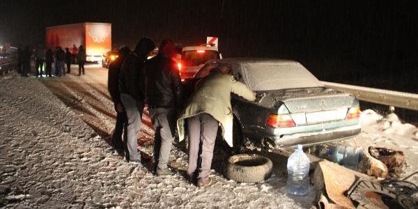 Sivas- Erzincan karayolu kar yağışı ve buzlanma nedeniyle ulaşıma kapandı
