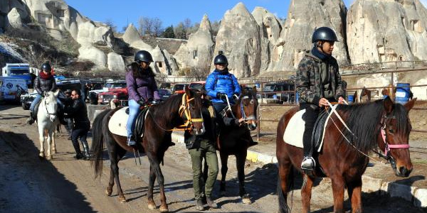 'Güzel Atlar Diyarı'nda turistlerin tatil keyfi