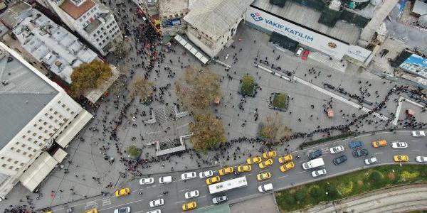 """Eminönü'ndeki ünlü bilet gişesi önünde yüzlerce metrelik """"umut kuyruğu"""""""