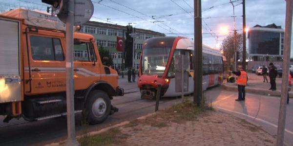 Kabataş-Bağcılar tramvay hattında kazaya karışan tramvay vagonları çekildi