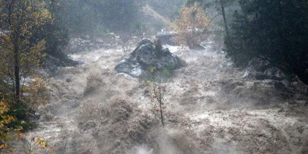 Antalya'da sağanak ve rüzgar hayatı olumsuz etkiledi