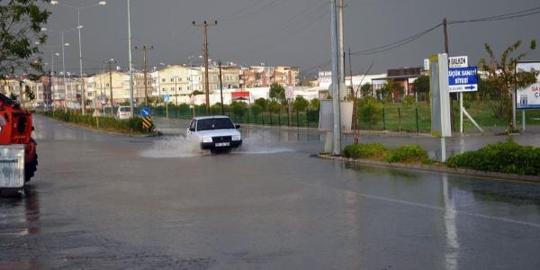 Didim'de dün geceden beri etkisini sürdüren şiddetli yağış yaşamı felç etti