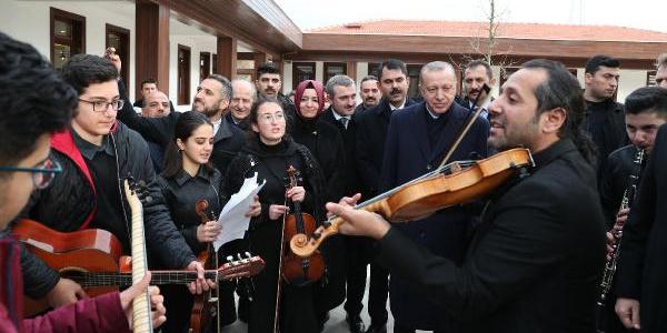 """Cumhurbaşkanı Erdoğan""""15 Temmuz Millet Bahçesi""""ni gezdi, şarkıya eşlik etti"""