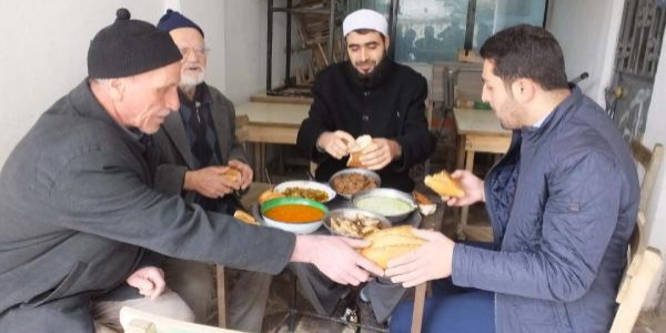 Bir asırlık 'Gezek' geleneği devam ediyor; sırayla günde üç öğün yemek yapıyorlar