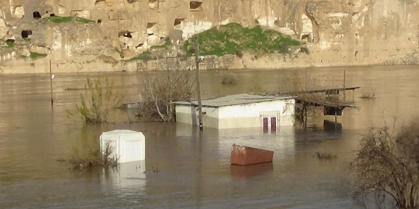 Dicle Barajı'nın kapaklarından birinin kırılması sonucu Hasankeyf'te çardaklar sular altında kaldı