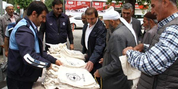 """""""Bez Torba Kullan Doğayı Koru"""" projesi kapsamında Bismil'de vatandaşlara bez çanta dağıtıldı"""