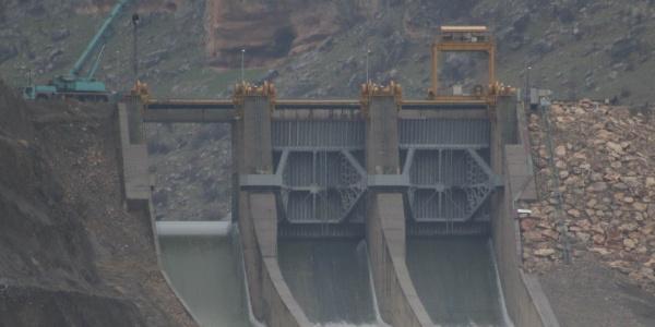 Yaklaşık 200 ton ağırlığındaki kırılan baraj kapağının yenisi 7 tır ile getirildi