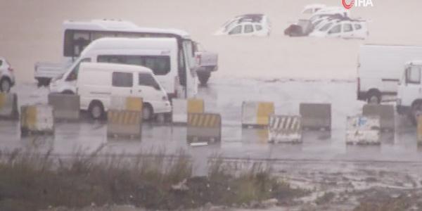 İstanbul Havalimanı şantiye alanını su bastı, araçlar su içinde kaldı