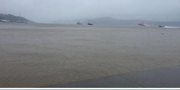 Çamurlu sel sularının akmasıyla beraber İstanbul Boğazı'nın rengi kahverengiye döndü