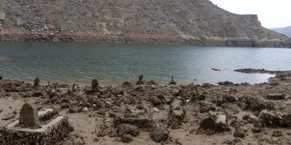 Barajdaki suyun tahliye edilmesiyle tarihi yapılar gün yüzüne çıktı