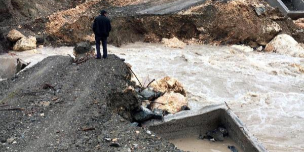 Aşırı yağışlar nedeniyle menfez köprü ikinci kez yıkıldı