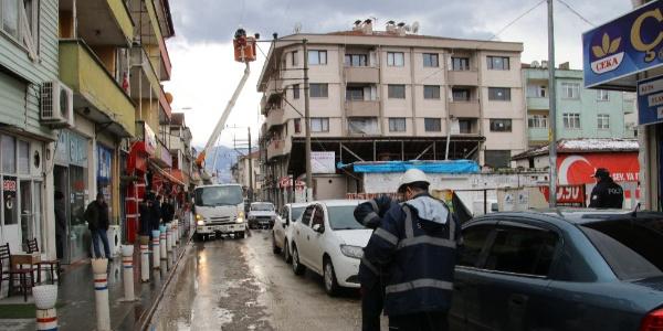 Düzce'de etkili olan lodos elektrik tellerini koparttı mahalle elektriksiz kaldı