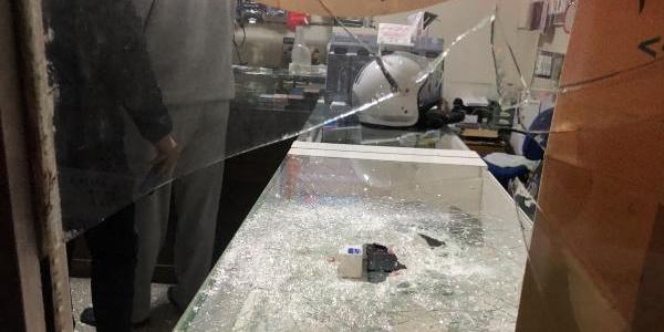 Dükkanın camlarını kırdı, içeriye bile girmeden 8 telefonu çaldı