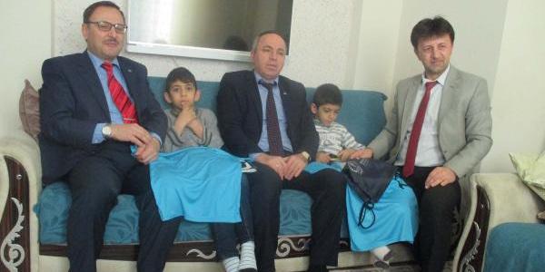 Okula gidemeyen kas hastası ikizlerin karneleri evlerinde verildi