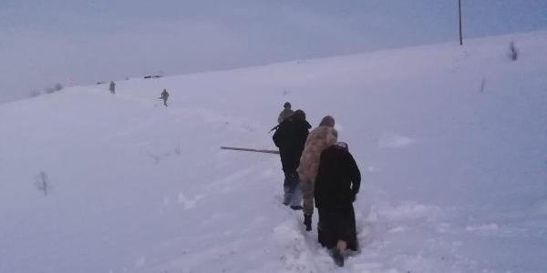 Kar nedeniyle yolu kapanan köyde rahatsızlanan kadını jandarma kurtardı