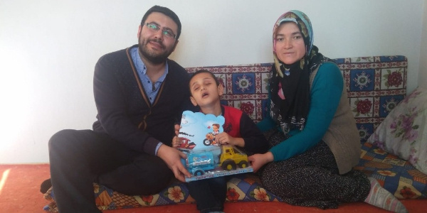 Görme engelli ve cam kemik hastası olan Hasan'ın karne sevinci