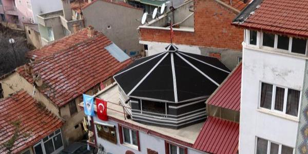 Bina çatısında otağ