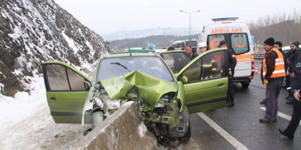 Bilecik'te otomobil beton bariyerler çarptı; 2 kişi yaralandı