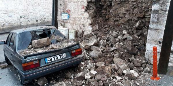 Bodrum'da iki farklı yerde duvar çöktü, 4 otomobil hasar gördü