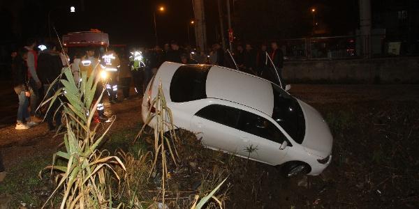 Otomobil su kanalına devrildi; 2 kişi yaralandı
