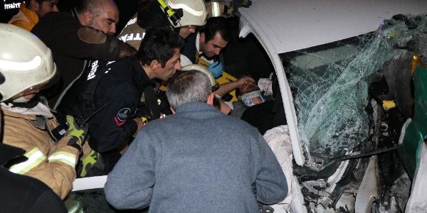 TEM'de feci kaza: otomobil bariyerler çarptı, 2 kişi araç içinde sıkıştı