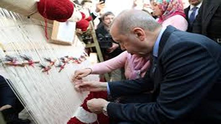 Cumhurbaşkanı Erdoğan'ın ilmek attığı Türk bayrağı motifi işlenen halı satışa çıkacak