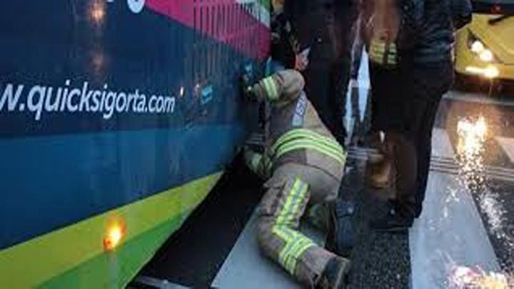 """Çocuğum otobüsün altında, onu kurtarmam lazım"""" dedi otobüsün altına girdi"""