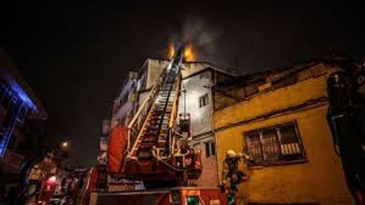 Eyüpsultan'da 4 katlı binanın çatısı yandı