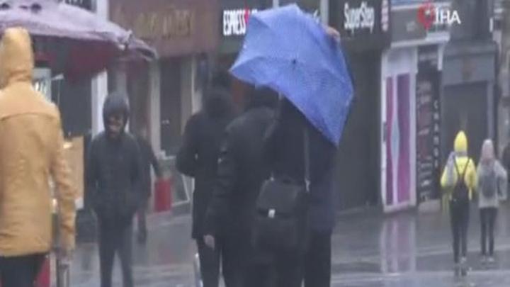 İstanbul'da etkili olan fırtına ve sağanak yağış vatandaşa zor anlar yaşattı