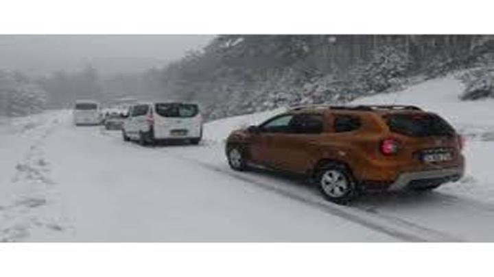 Kazdağları'nda karda mahsur kalan araçları ekipler kurtardı