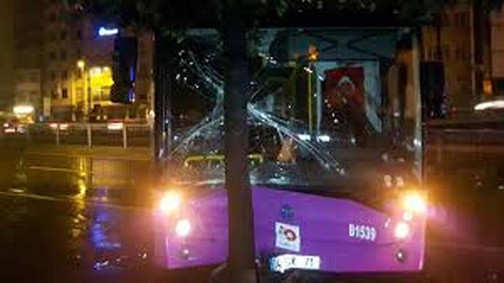 Özel halk otobüsü bariyerlere çarptı,
