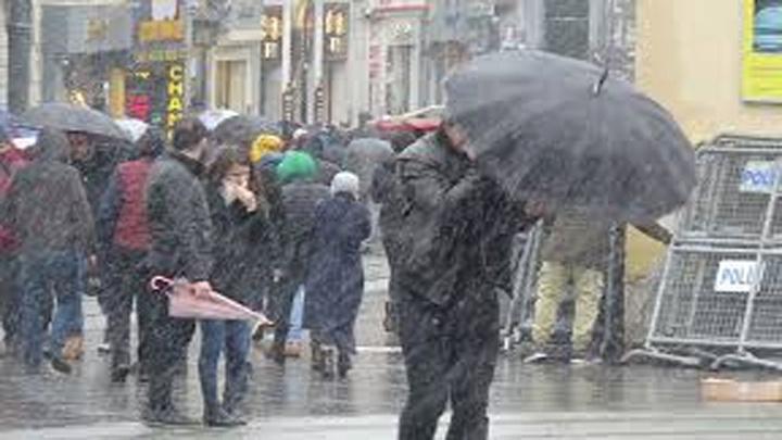 Taksim'de rüzgar ve karla mücadele; şemsiyeler kırıldı