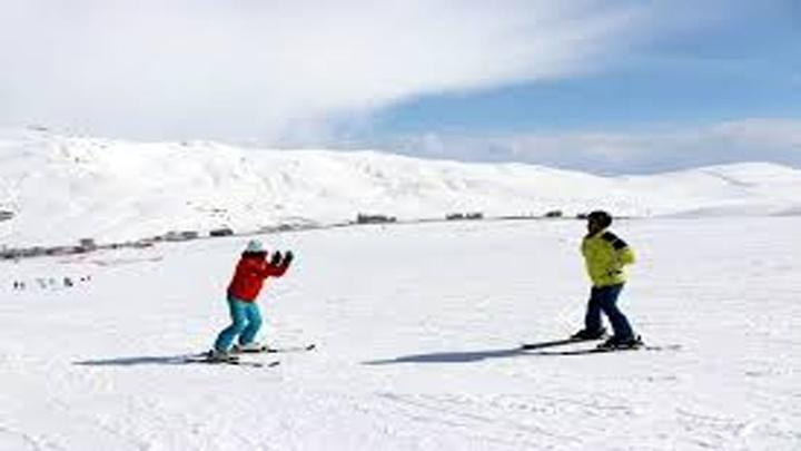 Görme engeline aldırmadan kayak yapmayı öğrendi