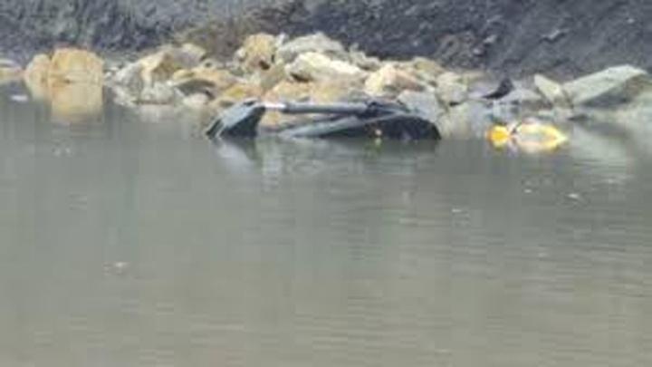 Suya gömülen kepçenin operatörünü arama çalışmaları devam ediyor
