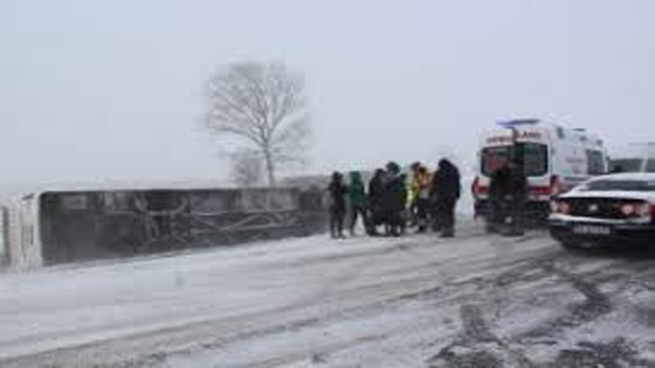 Tekirdağ'da yoğun kar yağışı ve buzlanma nedeniyle yolcu otobüsü devrildi: 5 yaralı