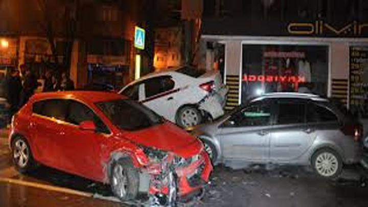 Bursa'da 6 aracın karıştığı zincirleme kaza