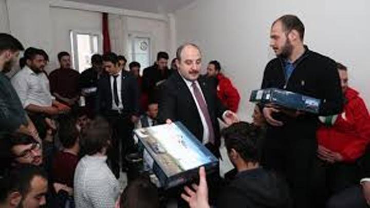 """Bakan Varank: """"Gençlerimizin oylarına talip olmak için elimizden geleni yapıyoruz"""""""