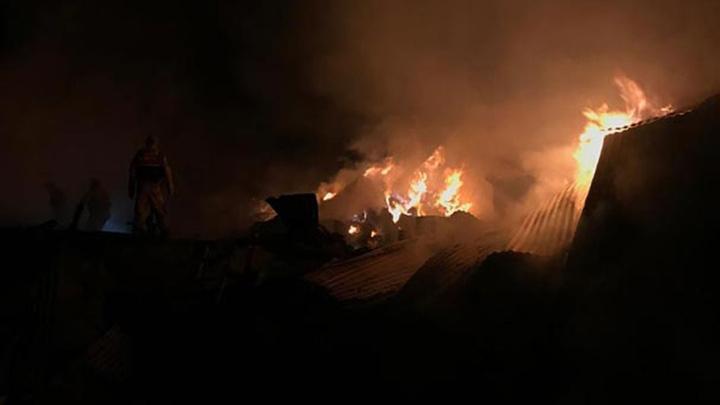 Bayburt'ta yangında 2 ev ve 2 ahır küle döndü