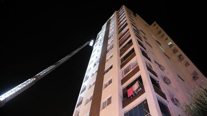 Adana bir apartmanın 10'uncu katında çıkan yangında anne ve bebeği dumandan etkilendi