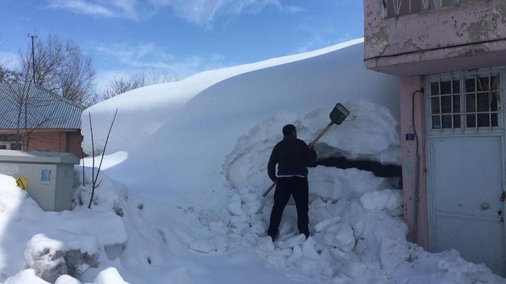Karlıova'da kara gömülen ev, kürekle temizlenemedi, devreye kepçe girdi