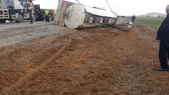 Tanker devrildi, karayolu çift yönlü olarak ulaşıma kapandı