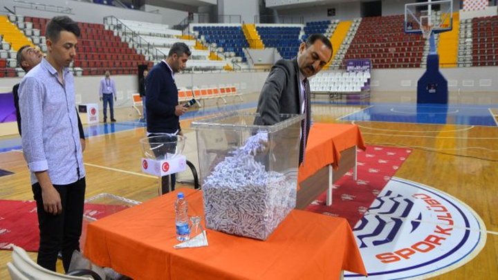 Mersin'de 70 kişilik işe 13 bin 9 kişi başvurunca, spor salonunda kura çekimi yapıldı