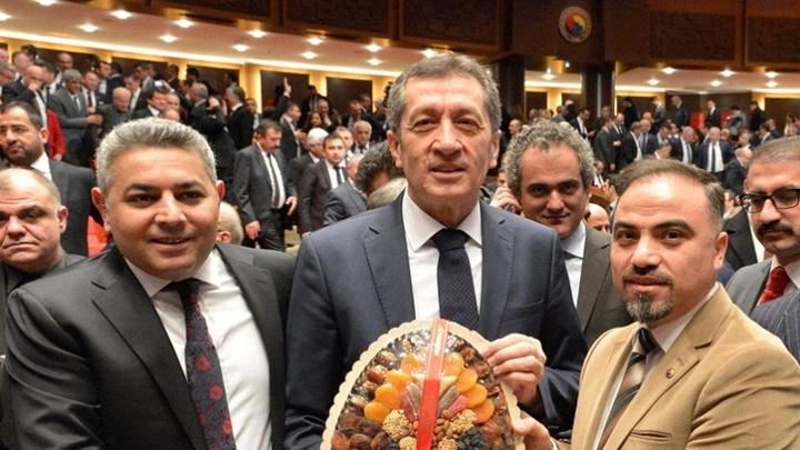Milli Eğitim Bakanı Ziya Selçuk'a Malatya kayısısı hediye edildi