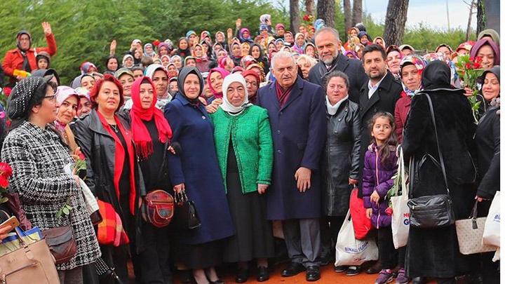 Binali Yıldırım eşi Semiha Yıldırım ile birlikte kadın seçmenlerden Belediye Başkan Adayı Ahmet Poyraz'a destek istedi