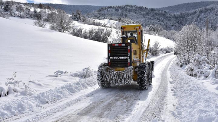 Kars'ta kar yağışı ve tipi nedeniyle 14 köy yolu ulaşıma kapalı