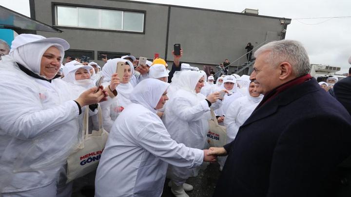 Binali Yıldırım seçim faaliyetlerini Çekmeköy'de sürdürdü
