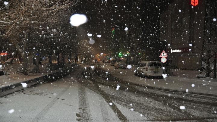 Yüksekova'da yoğun kar yağışı hayatı olumsuz etkiliyor